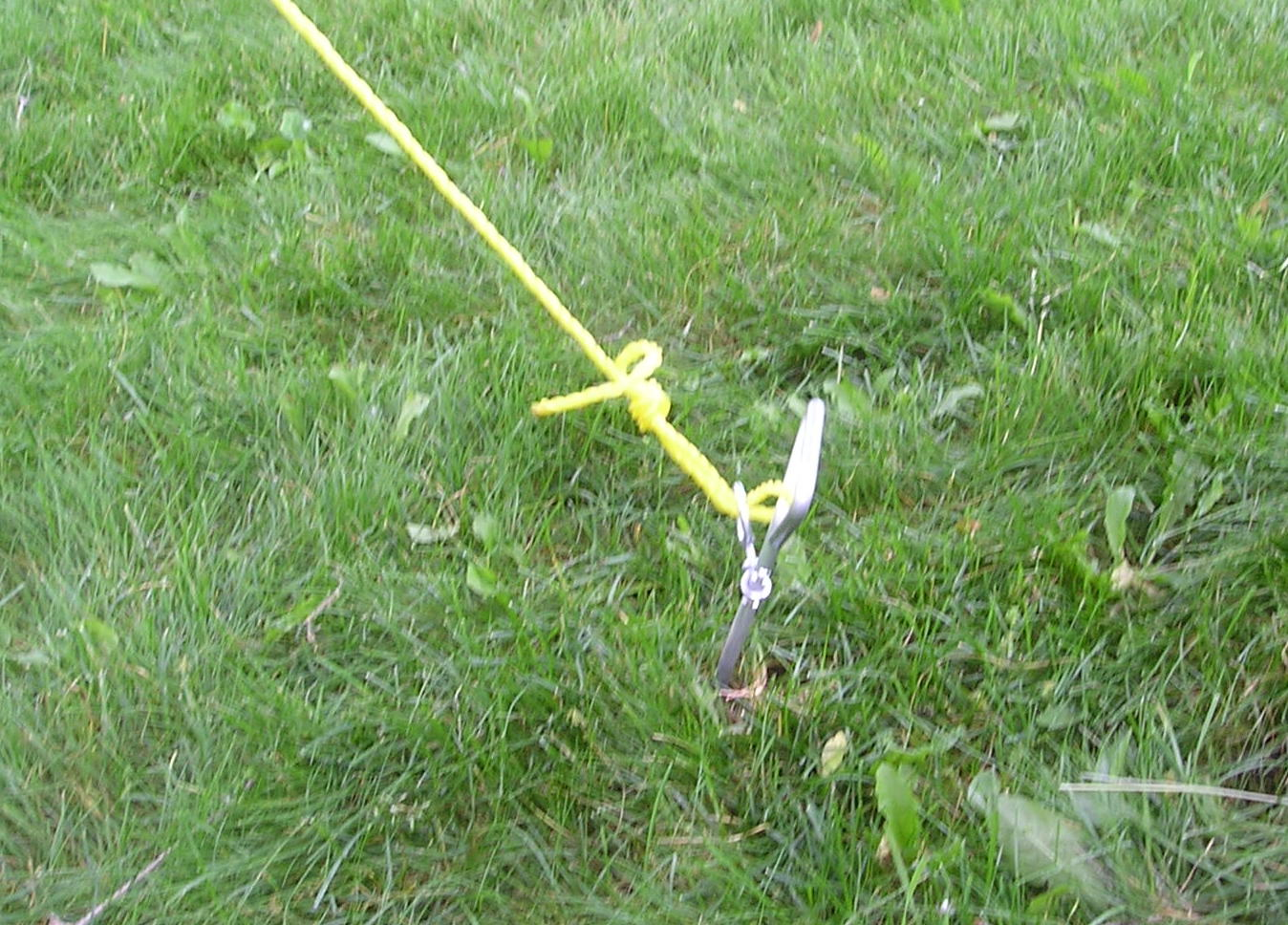 Typical taut-line hitch used to hold put tension on a wire antenna